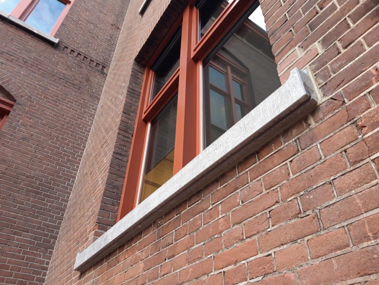 Gefrijnde Belgisch hardsteen raamdorpel