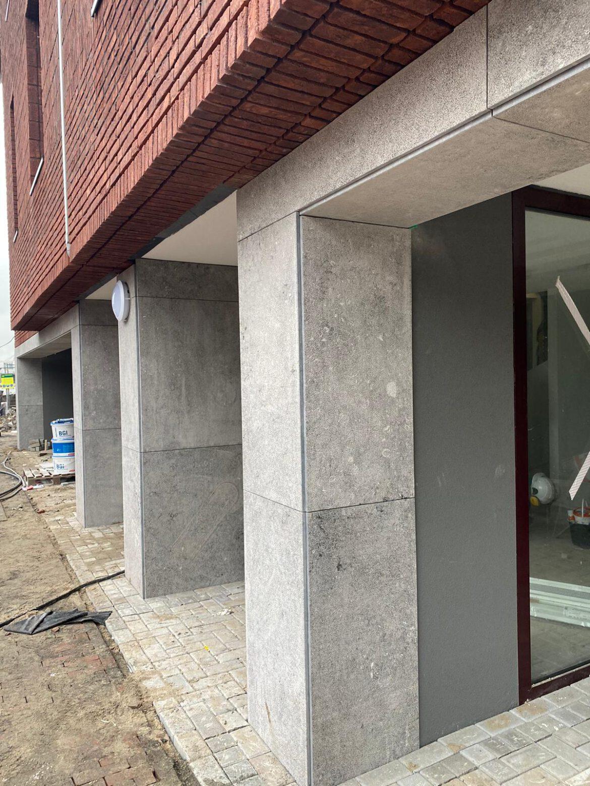 Gevelbekleding gebouchardeerde Belgisch hardsteen